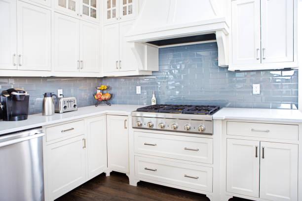 moderne küchendesign mit edelstahl-gerät - schrank stock-fotos und bilder
