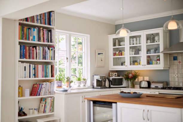 moderne keuken voor modern wonen - opruimen stockfoto's en -beelden
