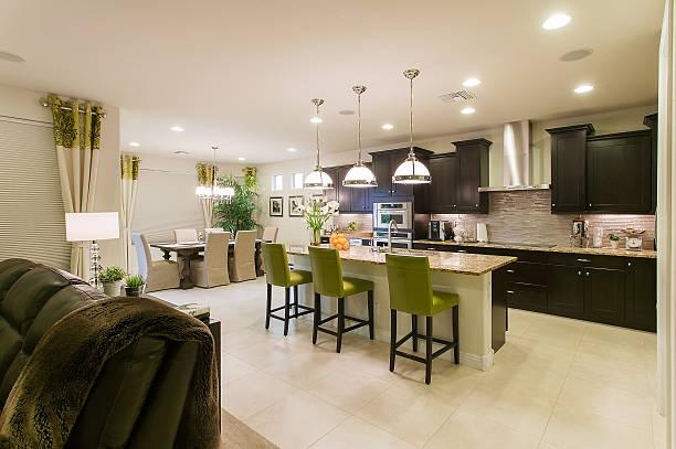 moderne küche house innenansicht - laminatschränke stock-fotos und bilder