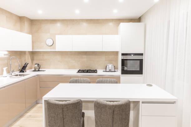 moderne küche in einem luxuriösen apartment - kochinsel stock-fotos und bilder