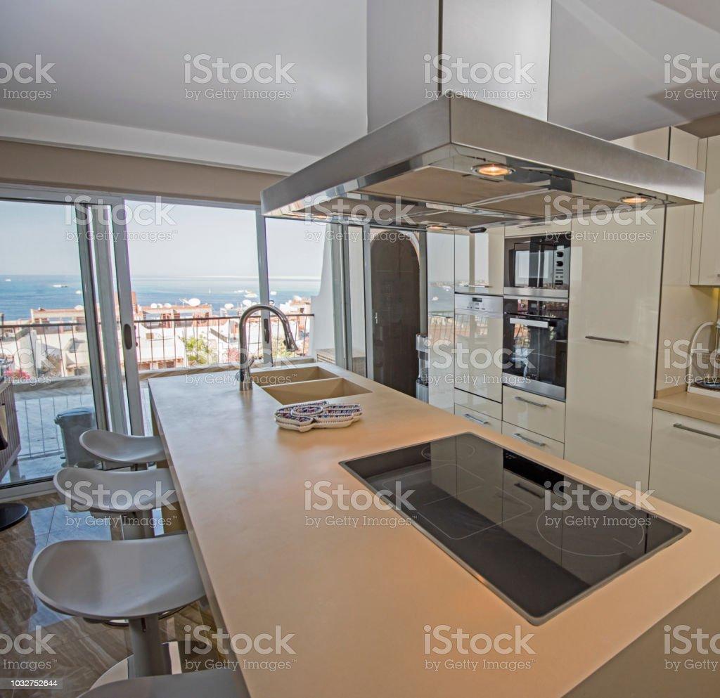 Moderne Küche In Einem Luxusapartment Stockfoto und mehr Bilder von  Arbeitsplatte