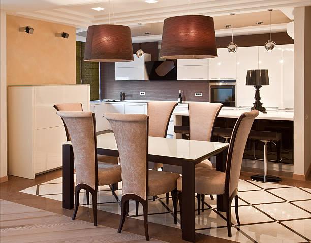moderne küche in luxuriösen mansion - moderner dekor für ferienhaus stock-fotos und bilder