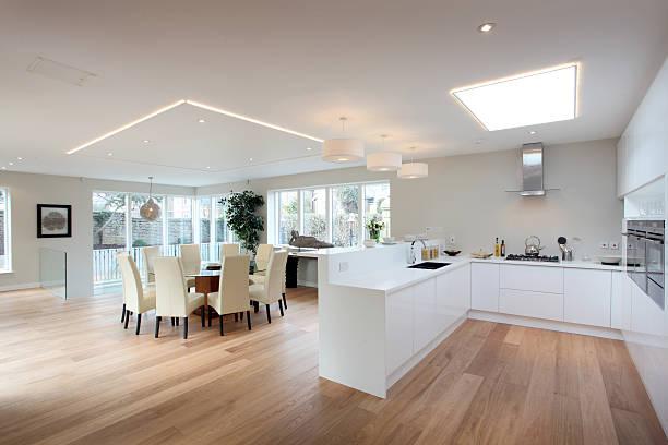 cuisine moderne blanc avec un parquet en bois de feuillu - open space photos et images de collection