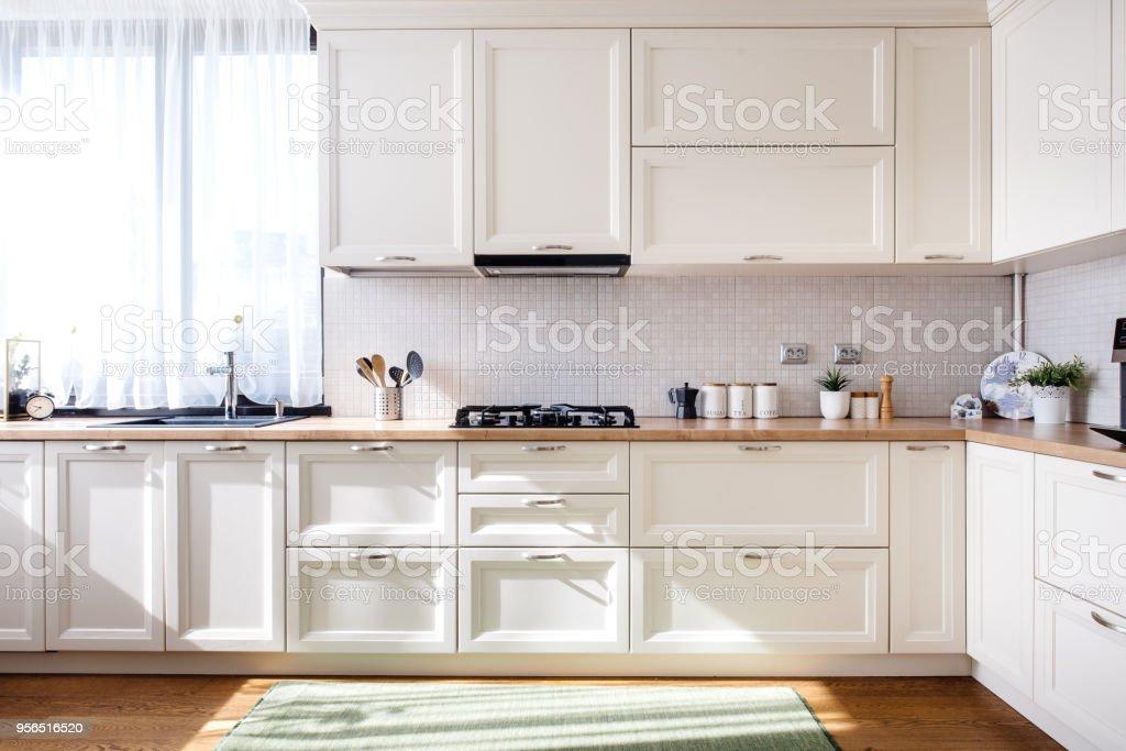 Diseño De Interiores De Cocina Moderna Con Muebles Blancos Y ...