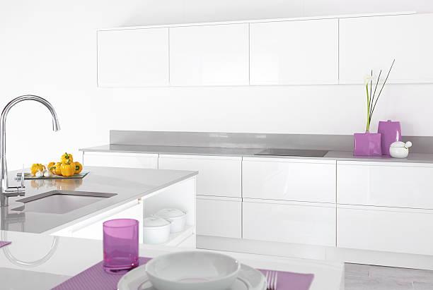 moderne küche interior - küche lila stock-fotos und bilder