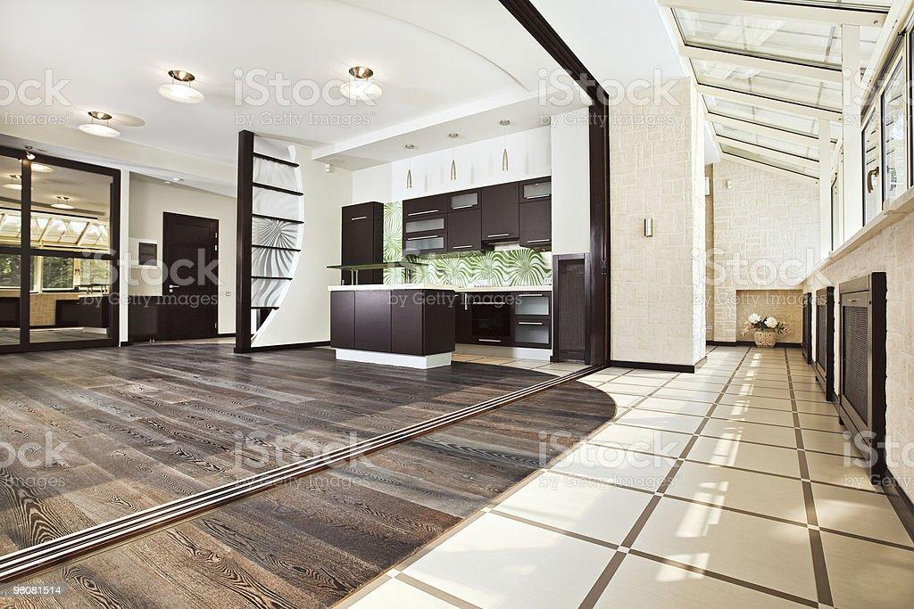 Cucina moderna (studio) interno con balcone foto stock royalty-free