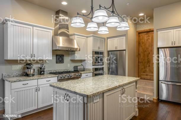 Modern kitchen picture id1062688616?b=1&k=6&m=1062688616&s=612x612&h=hkkap2netxzrwzdmip14hfvo0dcu5dyilndcr4 twhy=