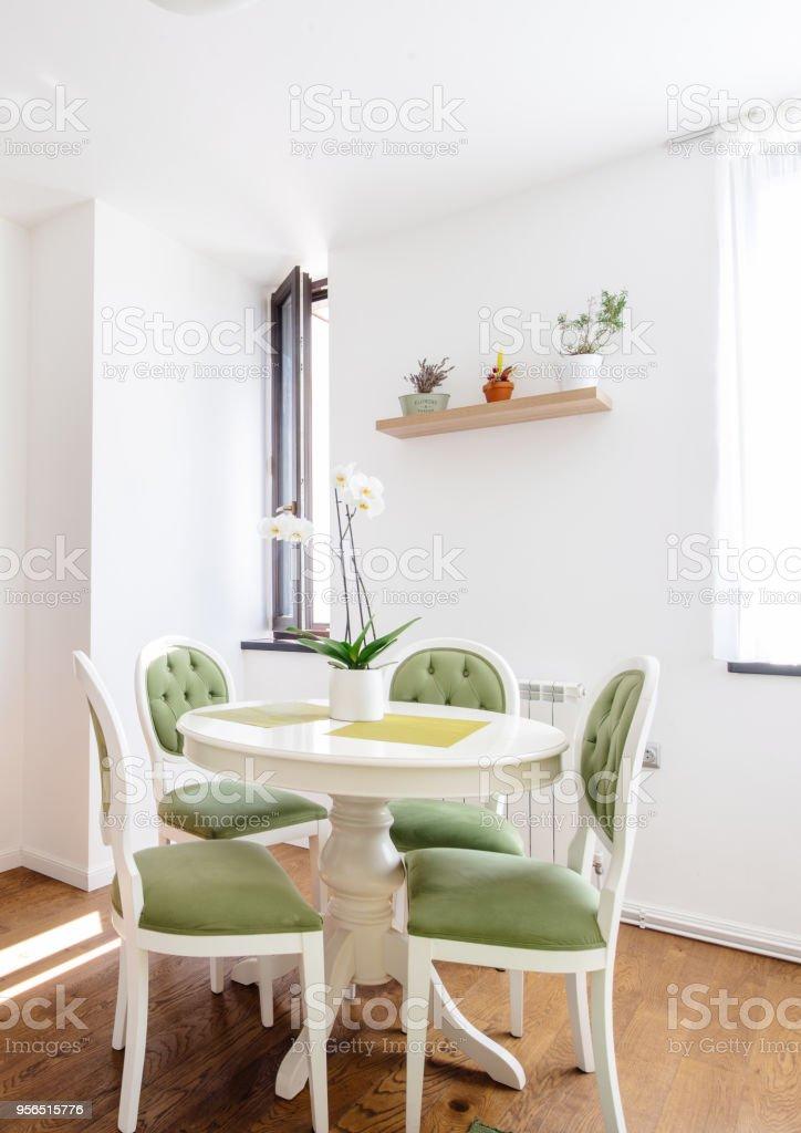Moderner Kuchentisch Mit Esszimmer Stuhle Und Holzboden Hartholzfussboden Stockfoto Und Mehr Bilder Von Architektur Istock