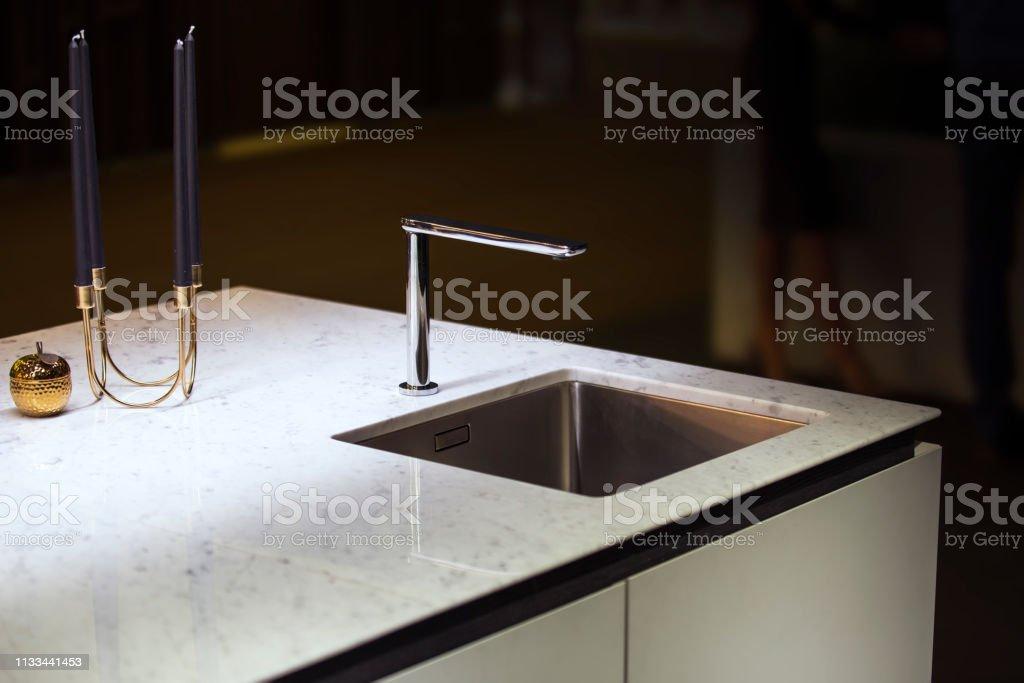 Moderne Küche Wasserhahn Und Küchenspüle Kücheninsel Mit ...