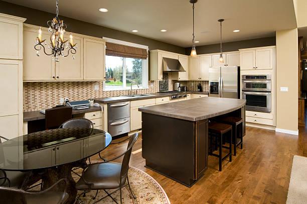 moderne küche mit dunklem holz island. - telefonschrank stock-fotos und bilder