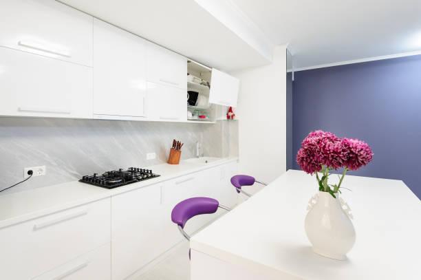 moderne küche mit esstisch und stühlen lila - küche lila stock-fotos und bilder