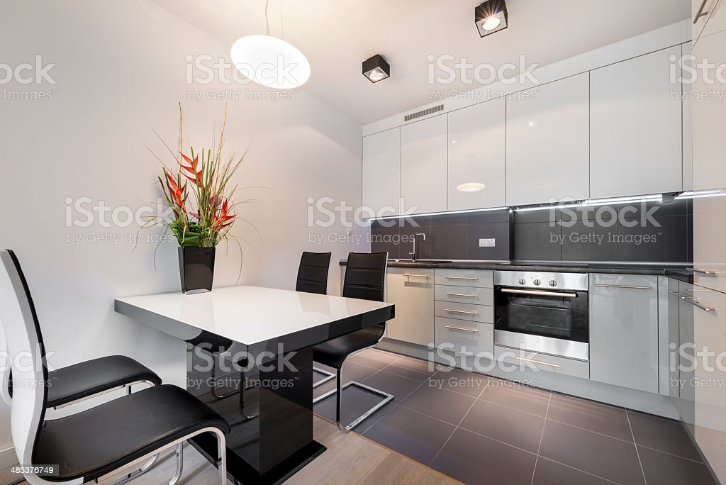 Moderne Küche Mit Grauen Fliesen Etage Stockfoto und mehr ...