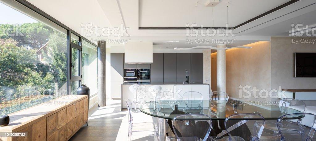 Moderne Küche Mit Insel Und Transparenten Stühlen Und Tisch ...