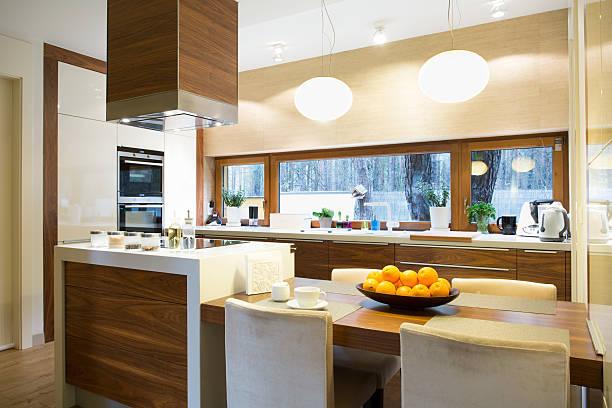 moderne küche mit insel - kochinsel stock-fotos und bilder
