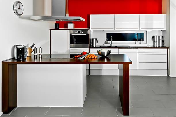 Moderne Küche mit Rote Wand – Foto