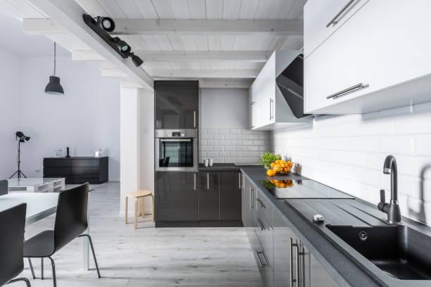 素朴な天井とモダンなキッチン ストックフォト
