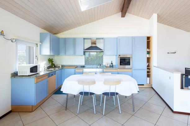 Moderne Küche mit Tisch und Stühlen – Foto