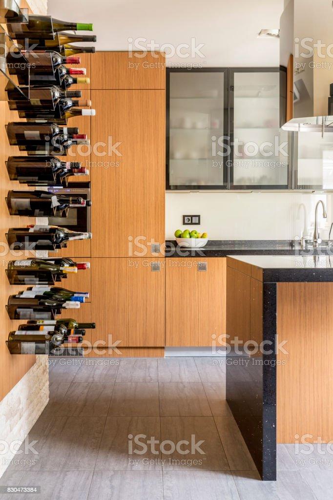 Moderne Küche Mit Weinregale Stockfoto und mehr Bilder von ...