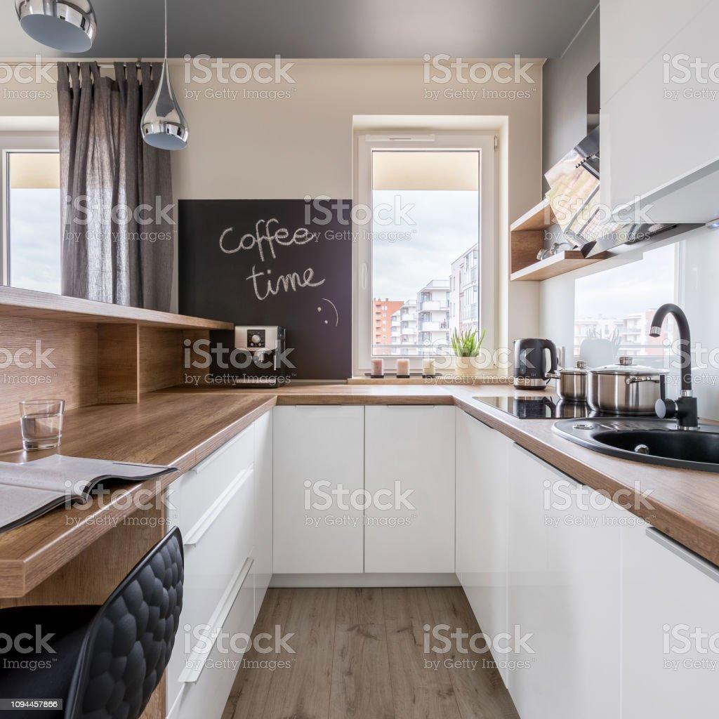 Moderne Küche Mit Arbeitsplatte Aus Holz Stockfoto und mehr ...