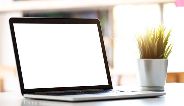 Moderner Laptop-Computer mit leerem Bildschirm auf Tisch im modernen Büro – Foto