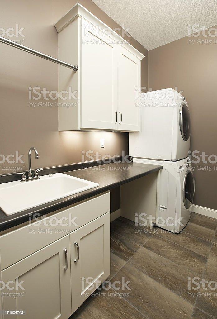 Moderne Waschküche Mit Waschmaschine Und Trockner Stock Fotografie