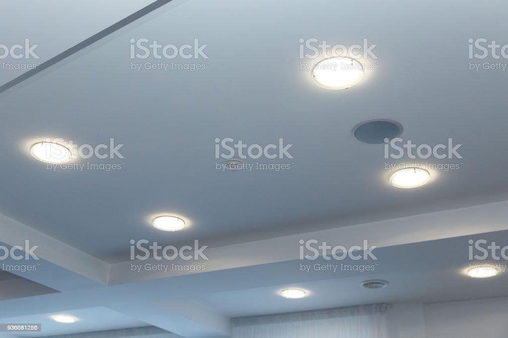 Moderne mehrschichtige Decke mit integrierten Leuchten und Lackspanndecke Inlay, leuchten auf – Foto