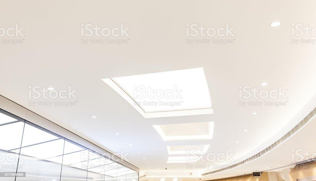 Moderne Beleuchtungsanlagen in der Decke – Foto
