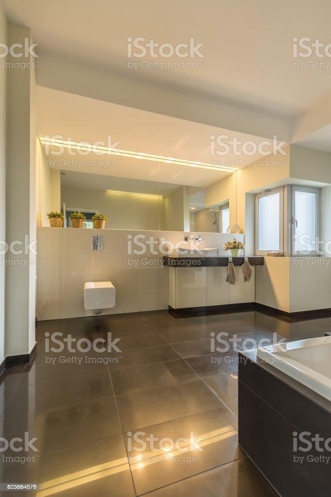 Moderne Beleuchtung Im Badezimmer Stockfoto und mehr Bilder ...