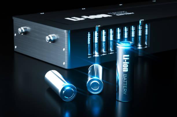 Moderno concepto de tecnología de baterías de iones de litio. Baterías de iones de litio de metal con paquete de batería de vehículo eléctrico sobre fondo negro. Ilustración 3D. - foto de stock