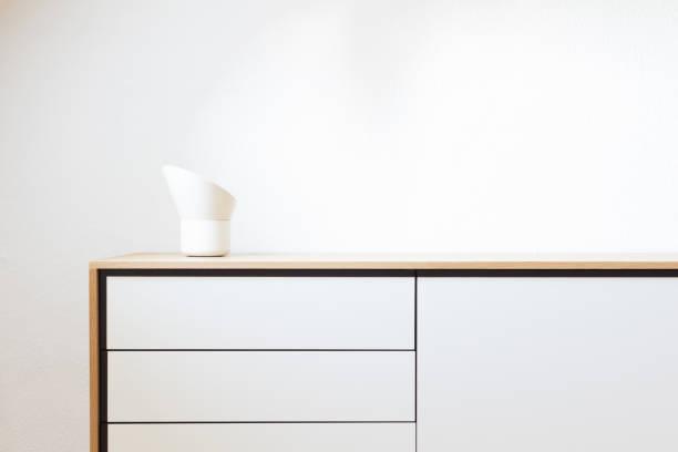 modernes wohnen, innenarchitektur. minimalismus, einfachheit, skandinavisches design - sideboard skandinavisch stock-fotos und bilder