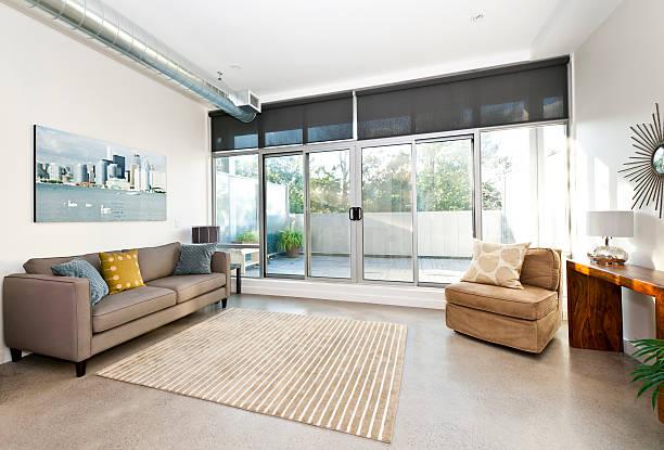 moderne wohnzimmer und balkon - betonboden wohnzimmer stock-fotos und bilder