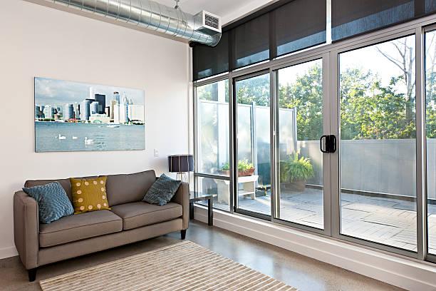 Moderne Wohnzimmer und Balkon – Foto