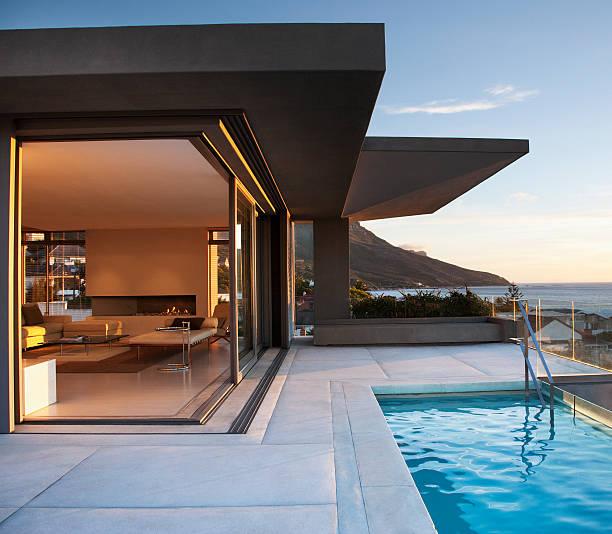 nowoczesny pokój dzienny oraz patio przy basenie - luksus zdjęcia i obrazy z banku zdjęć