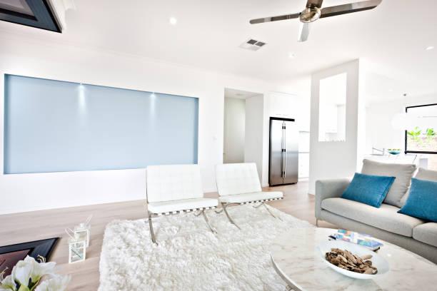 Modernes Wohnzimmer und Sofa neben einer Küche – Foto