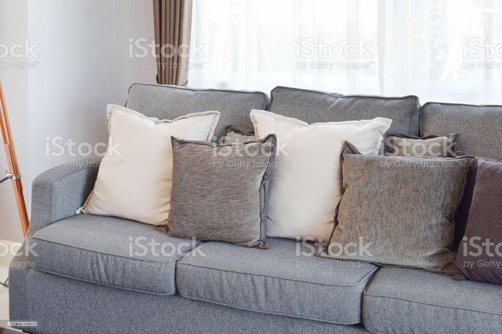 Moderne Wohnzimmer Design Mit Grauen Sofa Und Dekorative Kissen ...