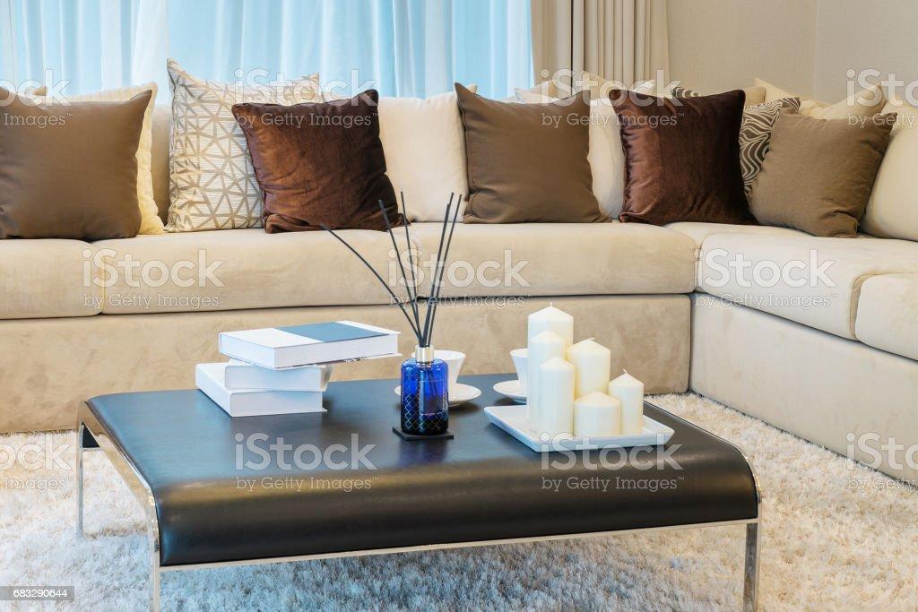 Moderne Wohnzimmer Design Mit Sofa Und Braune Kissen Stockfoto und ...