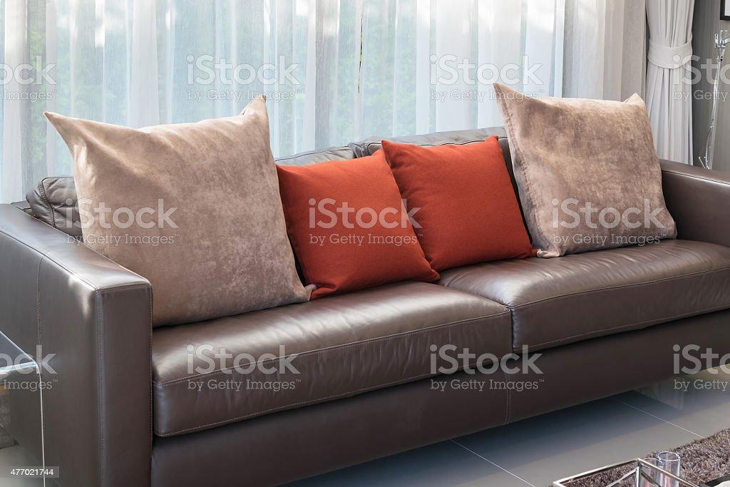 Moderne Wohnzimmer Mit Sofa Und Roten Kissen Stockfoto und mehr Bilder von  2015