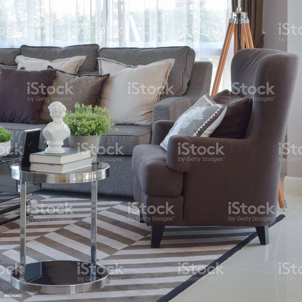 Moderne Wohnzimmer Design Mit Tweed Braunen Sofa Und Sessel ...
