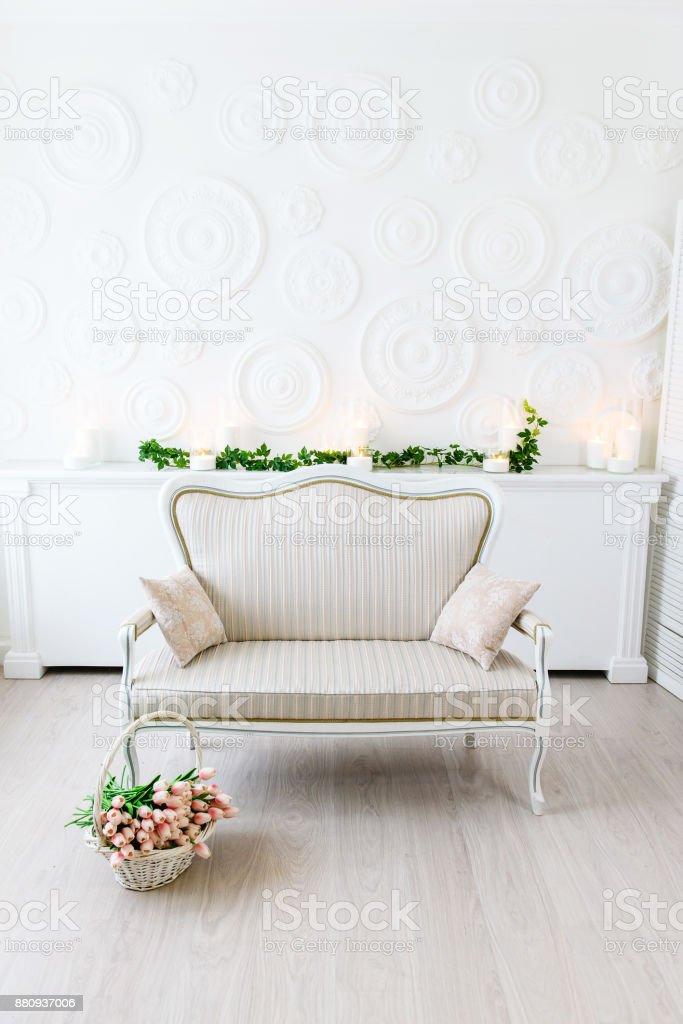 Modernes Wohnzimmer In Leuchtenden Farben Einem Warmen Weißen Raum