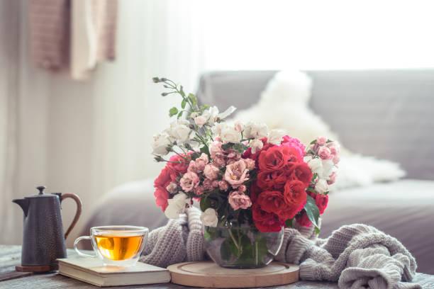 moderne woonkamer interieur design met kunstmatige bloemenvaas - bloemstuk stockfoto's en -beelden