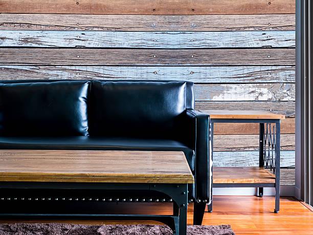 Moderm Salon wnętrz z czarnej kanapie. Kamera/drewniane ściany – zdjęcie