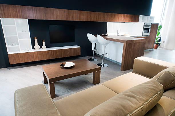 modernes wohnzimmer interieur in luxus-apartment - couchtisch metall stock-fotos und bilder