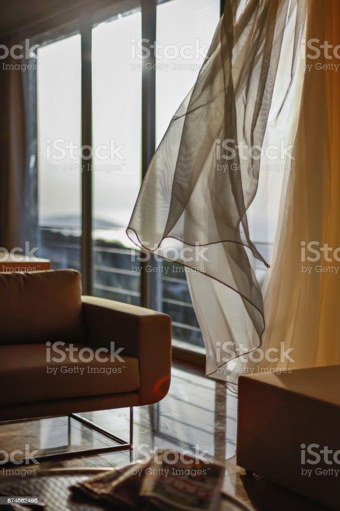 Moderne Wohnzimmer Interieur Mit Weißen Vorhängen Stockfoto ...