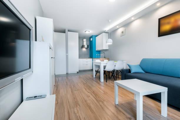 moderne wohnzimmer - dekoration rund um den fernseher stock-fotos und bilder