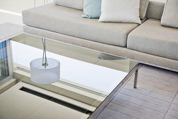 Moderna sala de estar, sofá e mesa de centro - foto de acervo