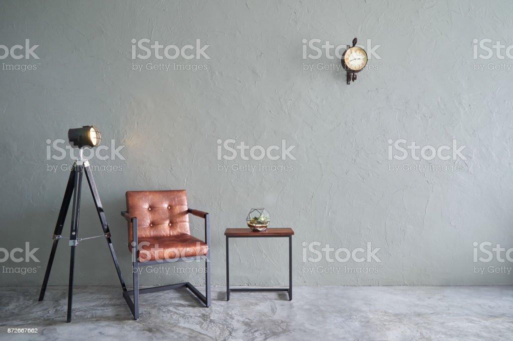 Modernes wohnzimmer mit braun eisen stuhl uhr teetisch kakteen und