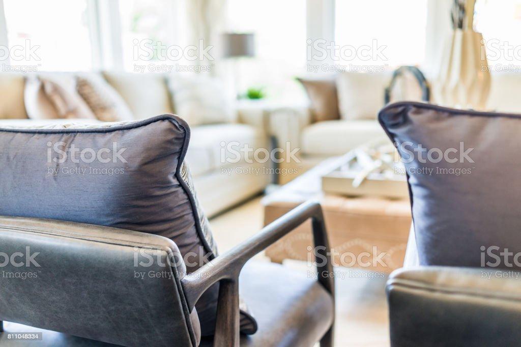Modernes Wohnzimmer Mit Sofas Und Stühlen Mit Vielen Witwen Und ...