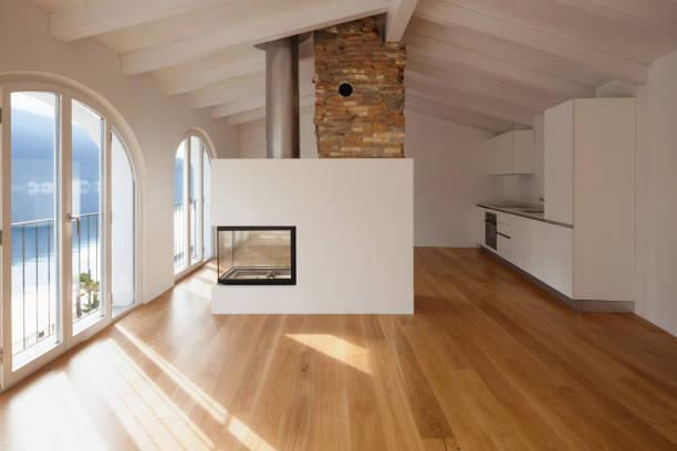 Modernes Wohnzimmer mit Kamin in der Mitte – Foto