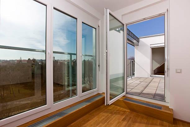 Moderne Wohnzimmer mit französischem, Blick auf Fenster – Foto
