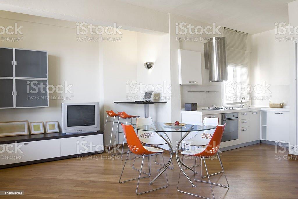 Moderna sala de estar com cozinha nas costas - foto de acervo